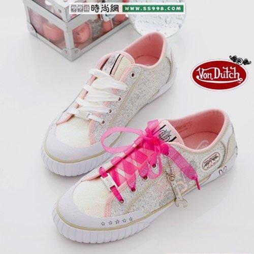 时尚的帆布鞋最受美女们的喜爱